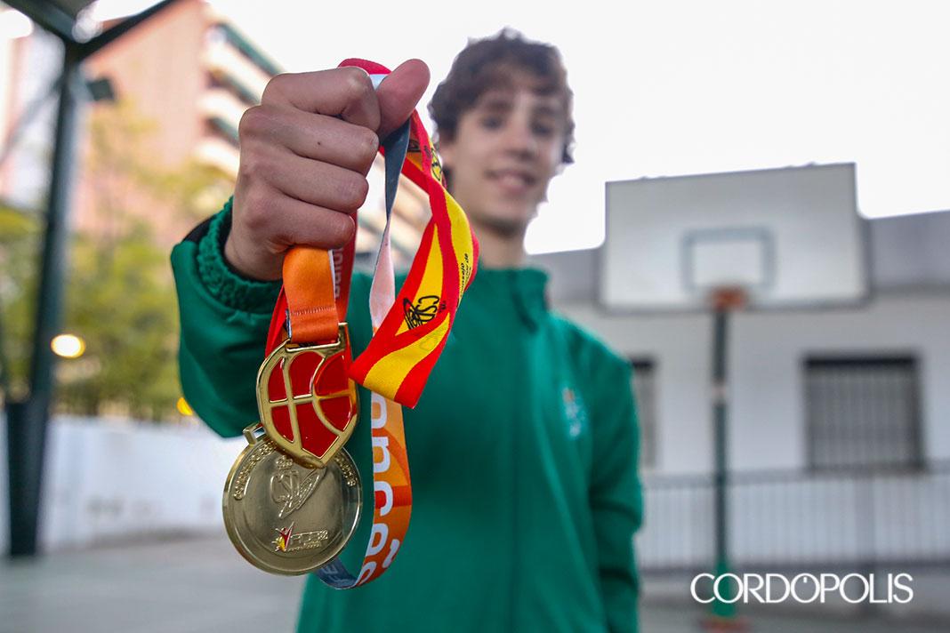 Guillermo del Pino posa con sus dos medallas de oro | ÁLEX GALLEGOS